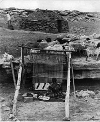 Navajo (Dine) woman weaver, Wikipedia photo